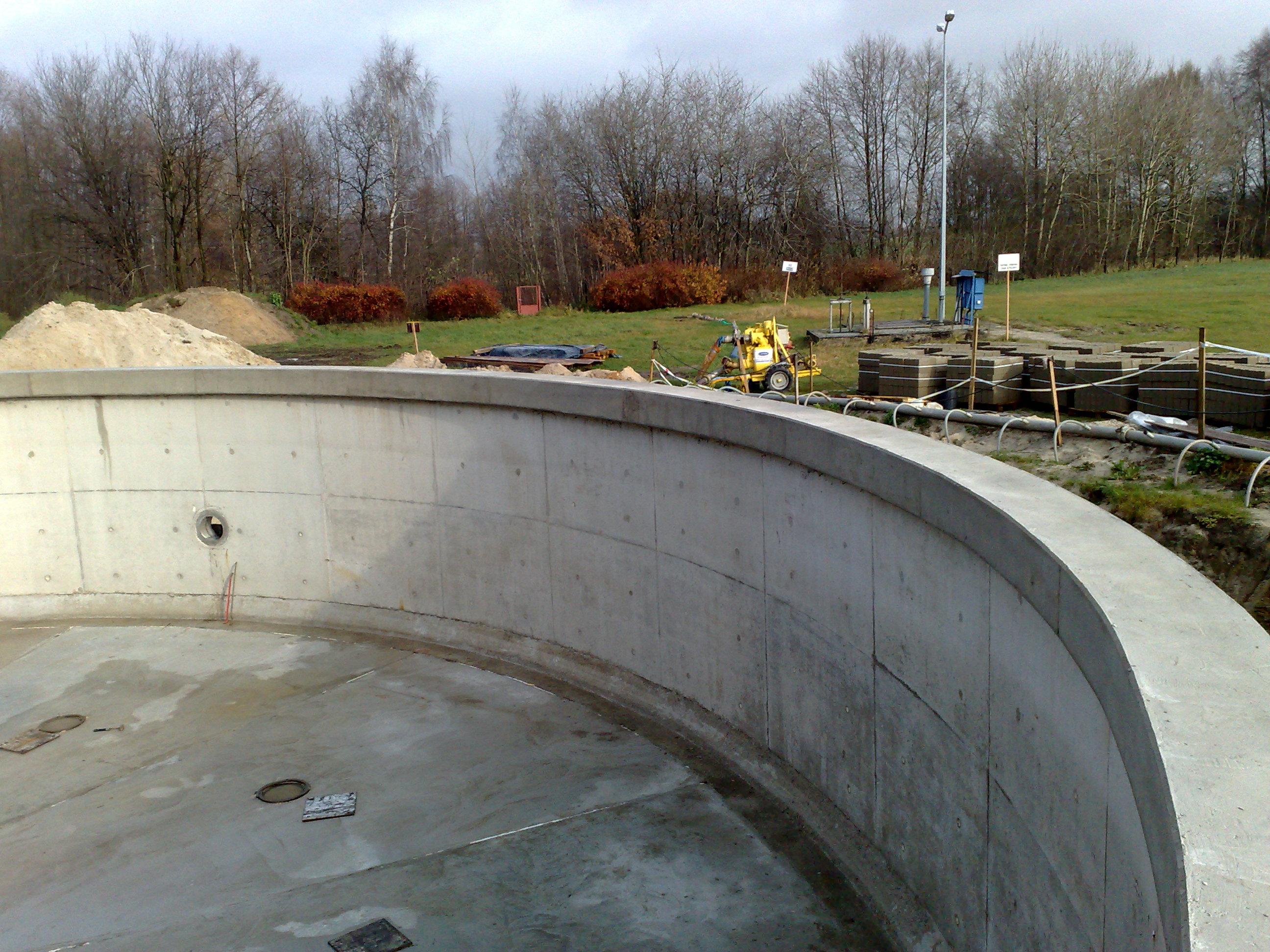 Zbiornik oczyszczalni z wklejonym przejściem szczelnym